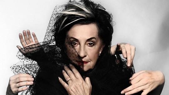 Fotograf herečku stylizoval do postavy Cruelly de Vil ze 101 Dalmatinů.