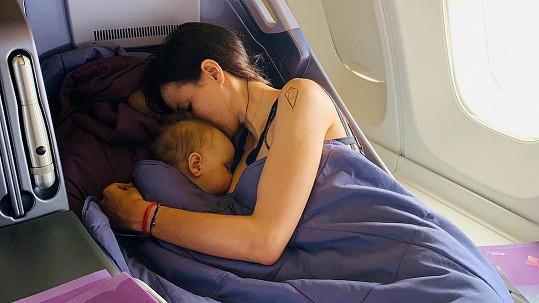 Lilia kojila dceru Isabelu v letadle.