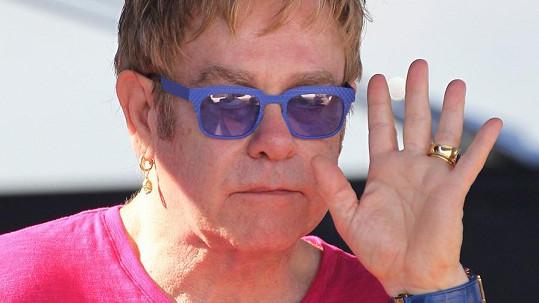 Elton John se od svého otce nikdy nedočkal podpory.
