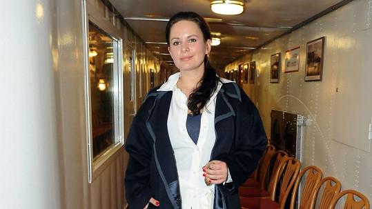 Jitka Čvančarová v kabátu, který měl raději zůstat hluboko ve skříni.