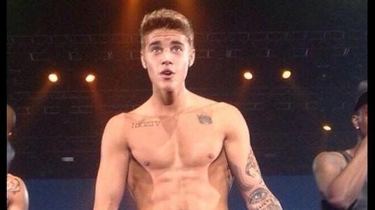 Justin Bieber sice posiluje, ale chodit po svých se mu nechce.