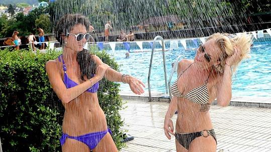 Martina Pártlová a Tereza Zimová u bazénu.