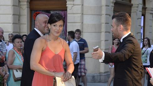 Valentina čekala na Leoše před vstupem na párty.