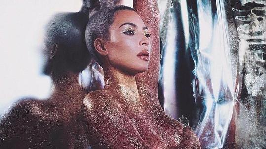 Kim Kardashian zapojila do propagace výrobků vlastní kosmetiky své nahé tělo.