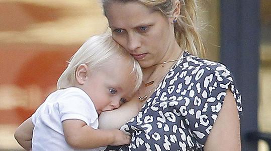 Teresa Palmer při kojení