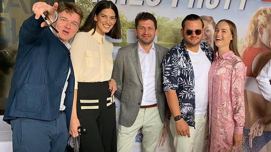 Zpěvák Ezy Hýbl (druhý zprava) dostal roli ve filmu Petra Kolečka (vlevo)