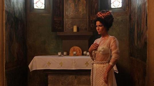 Gábina Partyšová pózuje v kapli .