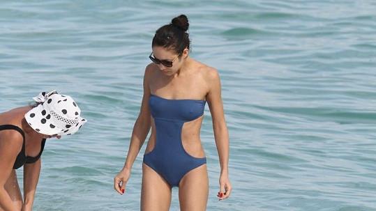 Olga Kurylenko strávila den volna na pláži v Miami.