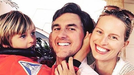 Karolína Kurková s rodinou, která se rozrostla o druhého chlapečka.