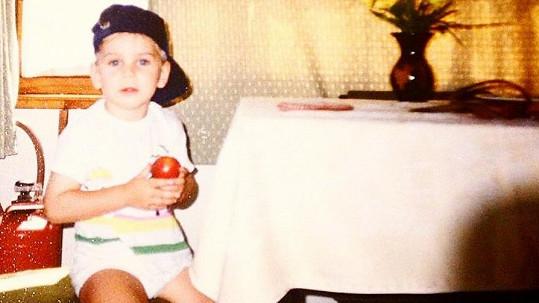Mladý herec a zpěvák se pochlubil snímkem z dětství.