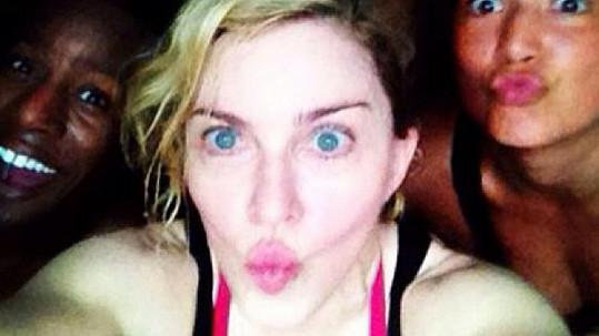 Madonna krátce po tréninku se svými tanečnicemi