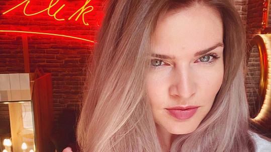 Nikol Štíbrová má novou barvu vlasů.