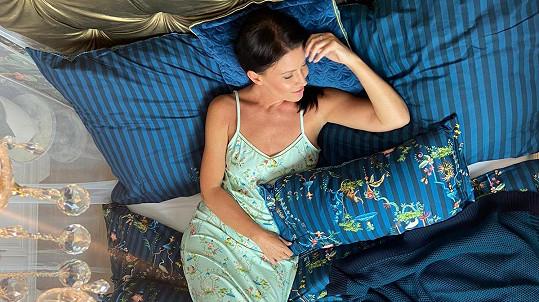 Moderátorka pózovala v posteli.