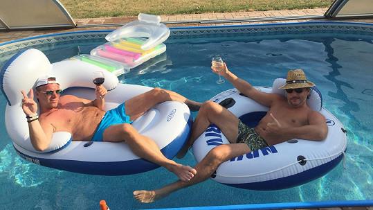 Zpěváci relaxují v bazénu.