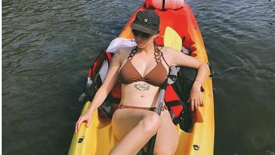 Berenika Kohoutová pózovala v bikinách na nafukovacím člunu.