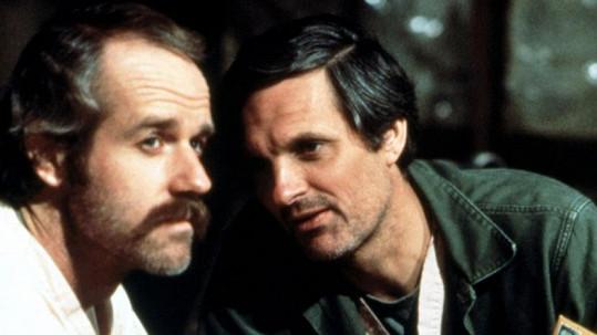 Mike Farrell (vlevo) a Alan Alda v seriálu M*A*S*H