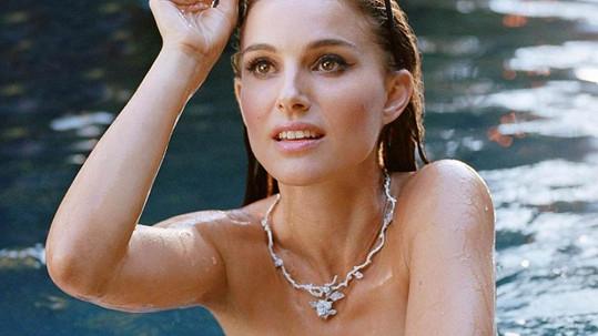Natalie Portman natáčela reklamu v bazénu.