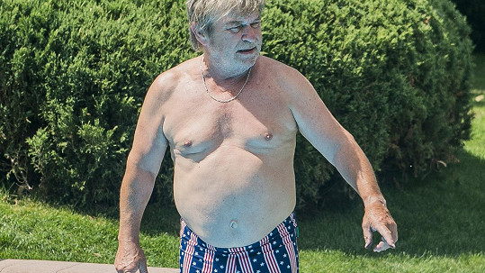 Roman Skamene řádí u bazénu.