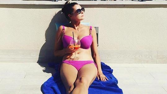 Iva Kubelková si léto umí užít...