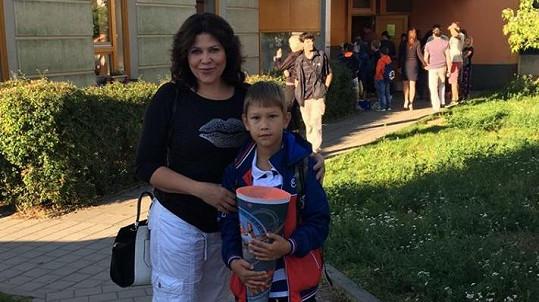 Ilona Csáková poslala staršího synka Daniela do školní lavice.