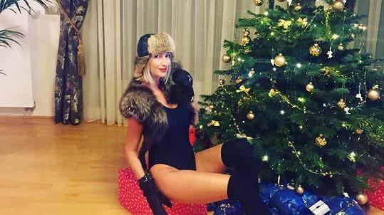 Dominika Mesarošová pózovala u vánočního stromku spoře oděná.