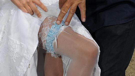Nevěsta ukázala podvazek.