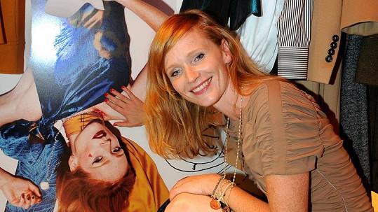 Aňa Geislerová u plakátu k její módní kolekci.