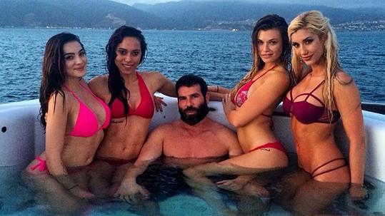 Hvězda pokeru Dan Bilzerian má slabost pro ženy a dívky...