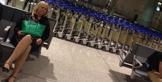 Hana Zagorová na letišti v Malaze, kam letěla sama.