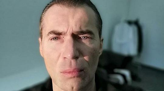 Bořek po deseti letech oholil vousy.
