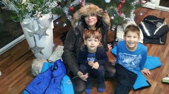 Ilona pod stromkem se syny Dominikem a Danielem.