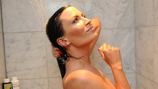 Gábina pustila fotoreportérku do sprchy.