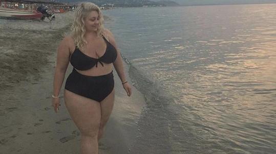 Dannie se předvedla v plavkách.