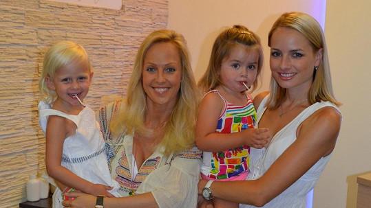 Markéta Divišová a Zuzana Belohorcová s dcerami.
