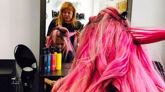 Zpěvačka má dlouhou hřívu růžových vlasů.