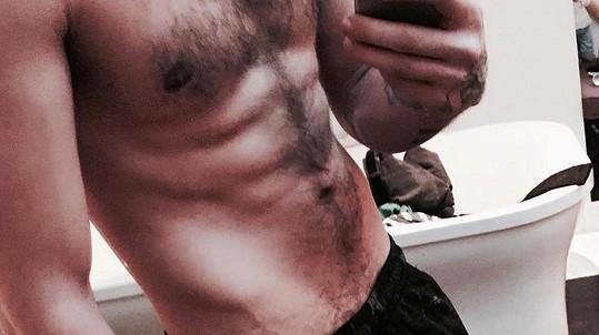 Liam Payne na své postavě maká ve fitku.