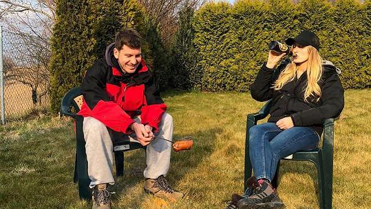 Petr Říbal a Míša Hávová relaxují na čerstvém vzduchu.