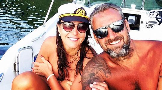 Martina Jandová s partnerem na lodi