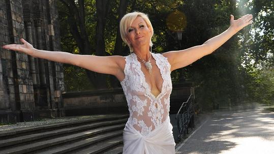 Zpěvačka Renata Drössler má i po padesátce výstavní figuru.