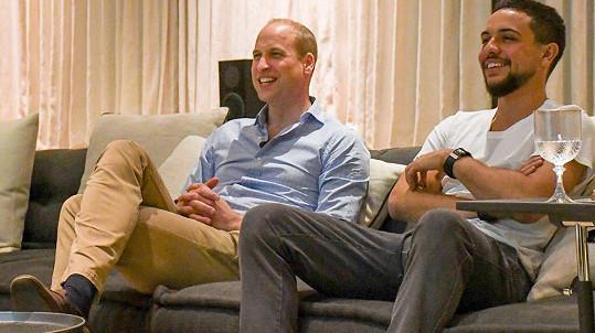 Princ William a jordánský korunní princ Hussein sledují fotbal.