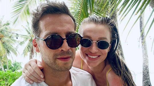 Veronika je s přítelem na dovolené.
