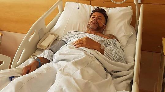 Laffita poslal fotku z nemocničního lůžka.