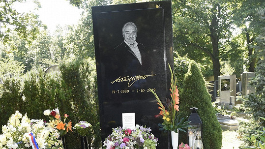Na hrob Karla Gotta bohužel nechodí jen fanoušci, ale i zloději.