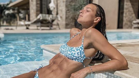 Nikol Švantnerová už se sluní ve Francii.