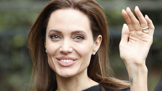 Angelina Jolie by měla okamžitě přibrat.