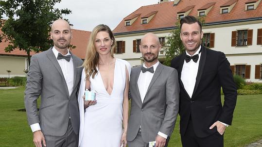 Novomanželé s Leošem Marešem a Pavlínou Němcovou