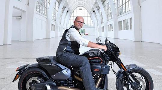 Zdeněk Pohlreich přesedlal od vařečky na motorku.