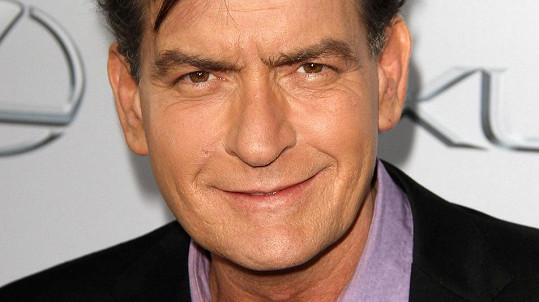 Charlie Sheen podstoupil experimentální léčbu HIV.
