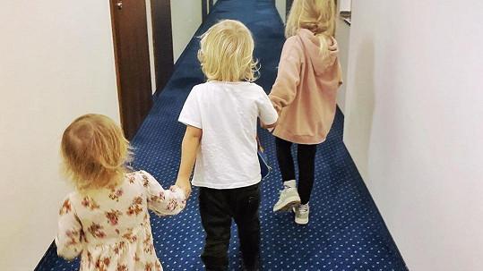 Tamara Klusová přebývá s dětmi v hotelu.