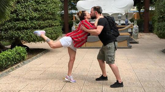 Ničivé vlně unikla a teď už si Marta Jandová užívá romantické procházky ve Vietnamu.